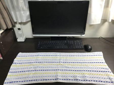 パソコンデスクの汗によるベタつきはタオルを敷けば解消します!