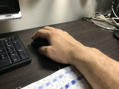 パソコンデスク(机)の汗のベタつきはタオルで解消!マウスパッドにもなる!